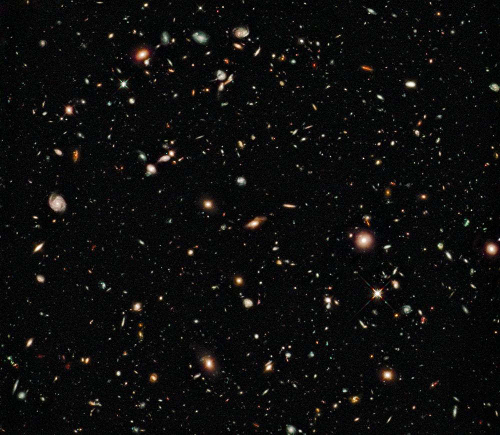 Esta imagem de campo profundo foi capturada pela nova WFC3/IR câmera instalada no Hubble em agosto de 2009 durante uma exposição de 4 dias por 173.000 segundos. Os objetos mais tênues tem cerca de 1 bilionésimo do brilho que pode ser visto a olho-nu.