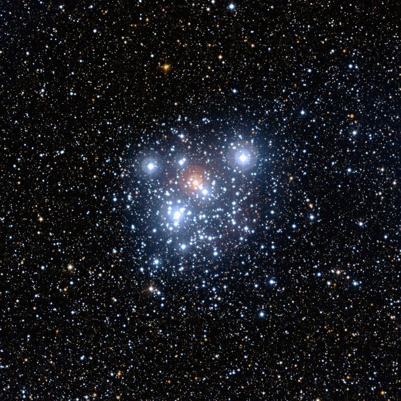 Esta imagem do NGC 4755 foi capturada pelo equipamento WFI do telescópio de 2,2 metros no observatório da ESO em La Silla, Chile. A foto destaca o aglomerado estelar e sua rica vizinhança multicolorida. O campo de visão é de 20 minutos de arco. A imagem foi composta de exposições usando os filtros B (azul), V (amarelo/verde) e R (vermelho). Crédito: ESO