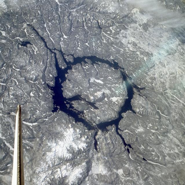 A cratera de Manicouagan no Canadá pode estar vinculada a extinção do período Carniano. Um possível cometa explodiu e gerou esta e mais 4 enormes crateras: Rochechouart na França, Saint Martin em Manitoba, Obolon na Ucrânia e Red Wing em Dakota do Norte.