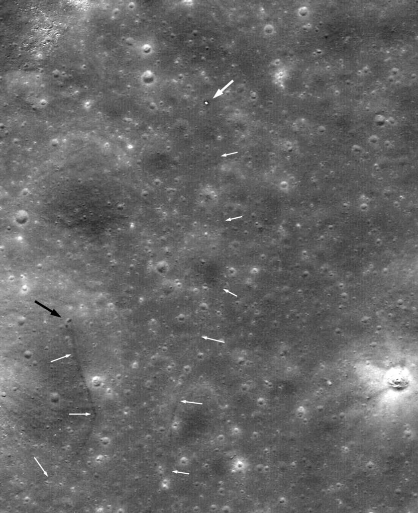 Usando imagens da sonda da NASA LRO, a localização do rover lunar russo (seta grande branca), Lunokhod 2, foi identificada por Phil Stooke. As setas menores mostram a trilha seguida pelo jipe de exploração lunar. Crédito: NASA / GSFC / ASU / Sergei Gerasimenko / Sasha Basilevsky