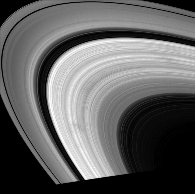 O anel B de Saturno e suas manchas, produzida a partir de imagens tomadas pela missão Cassini em 21 de agosto, 19 de setembro, 26 de setembro, 11 de outubro e 25 de novembro de 2008. Crédito: NASA/JPL/Space Science Institute – missão Cassini