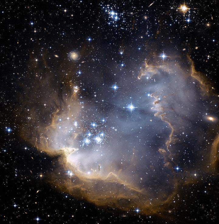 Um close-up da região central brilhante foi apresentada pelo time do Hubble onde as colunas de poeira estão claramente representadas, como frentes de choque esculpidas pela radiação das estremas jovens do aglomerado. Créditos: NASA, ESA,Hubble Heritage Team STScI/AURA - ESA Collaboration