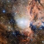 ESO: Paisagem cósmica revela uma pletora de estrelas na constelação do Altar