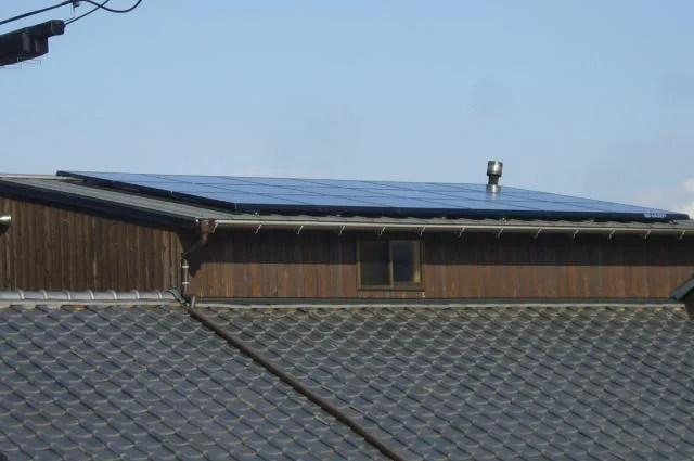 緩い勾配の屋根に太陽光