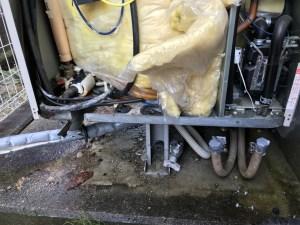 電気温水器の配管を取り外す