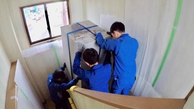 電気温水器を2階から1階に運ぶ