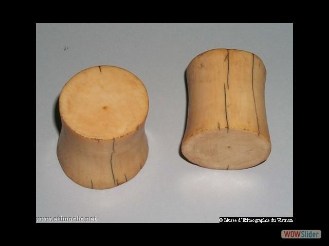 VIETNAM - Boucles d'oreilles en ivoire des femmes Ma