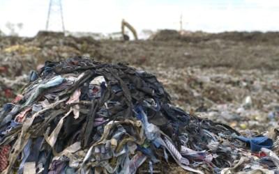 Γιατί δεν πρέπει ποτέ να πετάτε τα παλιά σας ρούχα στα σκουπίδια