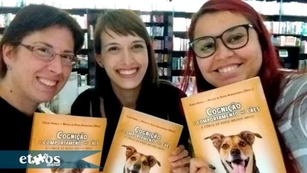 Helena Truksa (fundadora Ethos Animal), e duas alunas do Curso de Formação de Treinadores de Cães da Ethos Animal: Laura e Luiza