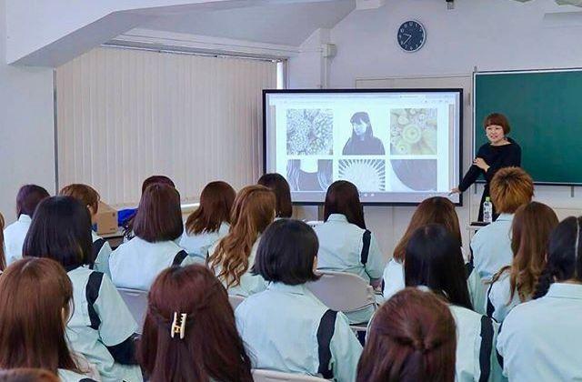 4月より渋谷にある住田美容専門学校の撮影講座の講師を務めることになりました!現在、自分の手がけたヘアスタイルを撮影してSNSなどで公開することは美容師さんのプロモーション方法のひとつになっています。授業では、iPhoneをメインにスマホのカメラアプリでの撮影から始まり、最終的にデジタル一眼での作品制作を目指して、毎週レッスンしていきます。受け持つのは入学したての1年生2クラス、総勢88名。初授業を終えて、みなさんの吸収力や柔軟性、表現力が私自身とても新鮮で、これからが楽しみです️ #ssbs #住田美容専門学校 #美容専門学校 #美容学校 #美容学生 #たのしいカメラ学校 #iPhone
