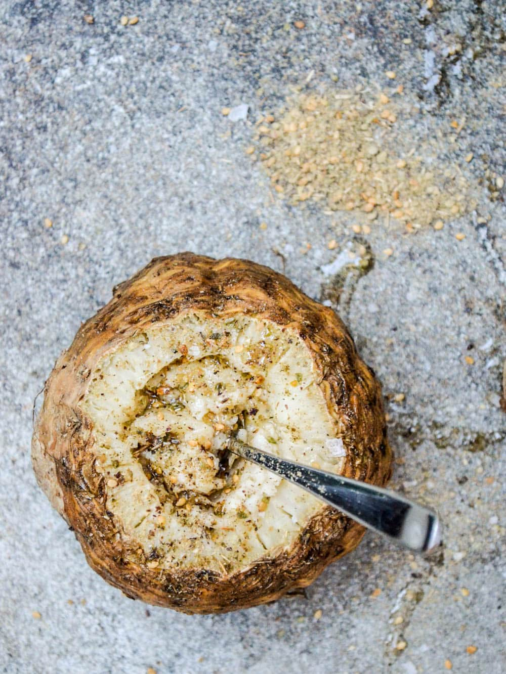 Helstekt sellerirot med za'atar - oppskrift / Et kjøkken i Istanbul
