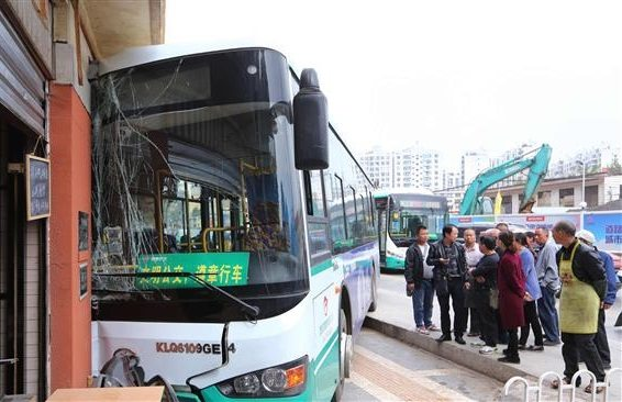 Eleven people killed, nine injured in China bus crash