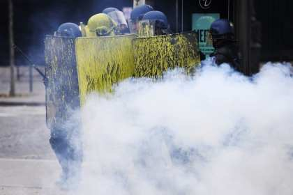 Tourists in Paris Flee: Champs-Elysees covered by thick smoke after Yellow Vests riot