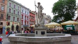 Фонтан Нептуна на площади Рынок тур во львов