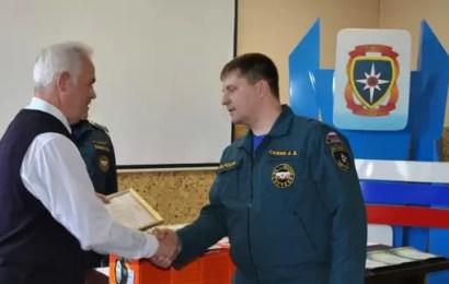 Нефтеюганских сотрудников МЧС наградили за спасение человека на пожаре.
