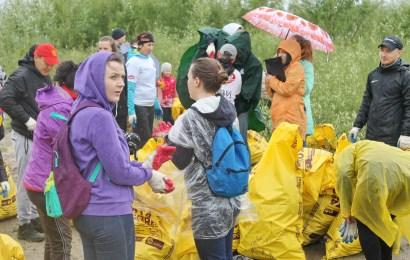 """""""Эко-марафон-2018"""" в Нефтеюганске. Активисты собрали более одной тонны мусора на городской набережной"""