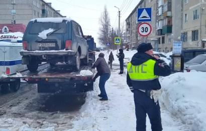 В Нефтеюганске на помощь коммунальщикам, чистящим дороги от снега, пришли инспекторы ГИБДД.