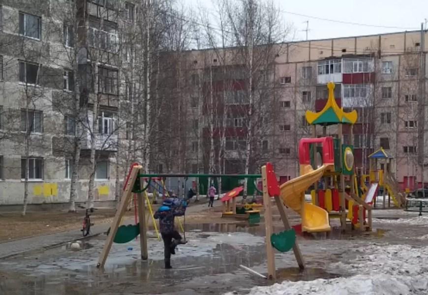 Детский омбудсмен в ХМАО предложила родителям самим отремонтировать игровые площадки