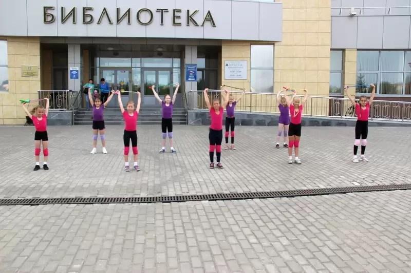 Участники «Студии хореографии «АнтрЕ» продолжают тренировки и летом, а также готовятся к поездке на море.