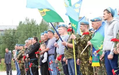 Глава Нефтеюганска поздравил десантников с Днем ВДВ