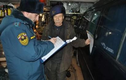 В Нефтеюганске сотрудники МЧС предупредили владельцев гаражей о пожарах.