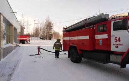Нефтеюганские огнеборцы потушили условный пожар в горбиблиотеке