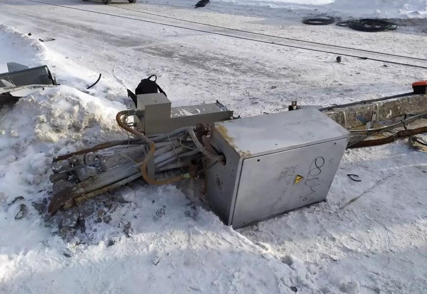 В Нефтеюганске водитель грейдера повалил электростолбы