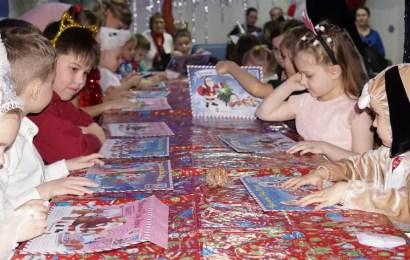 В нефтеюганском КЦ «Лира» открылась новогодняя «Мастерская Деда Мороза».
