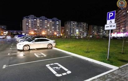 Инвалиды, проживающие в «Панораме», жалуются на нехватку парковочных мест.