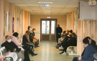 Путин поручил увеличить размер больничных родителям детей до 7 лет до 100%