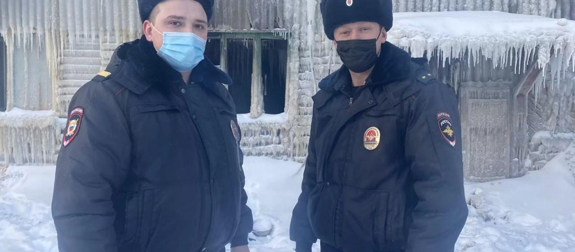 В Ханты-Мансийском автономном округе-Югре сотрудники полиции спасли на пожаре пять человек.