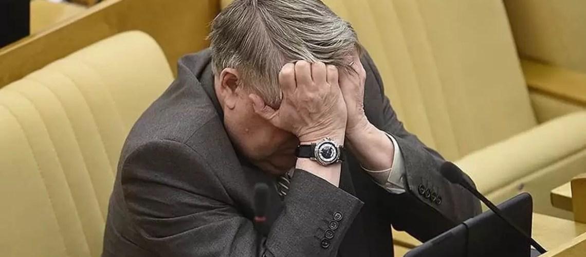 Путин подписал закон о штрафах до 150 тыс. рублей для чиновников за оскорбление граждан