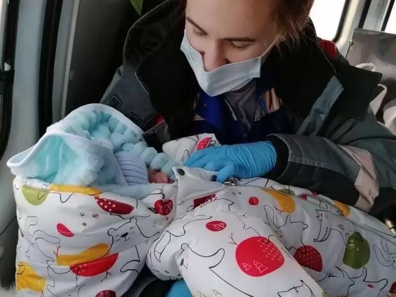 Бригада скорой медицинской помощи Сургута помогла появиться на свет чудесному малышу