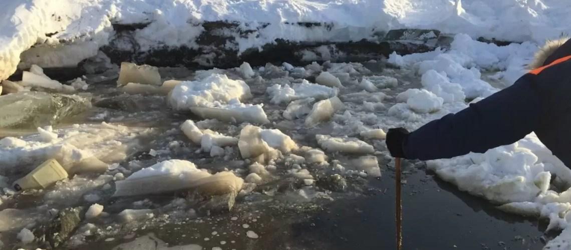 В Югре нашли тело утонувшего вместе с машиной бульдозериста