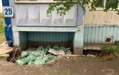 После сильного ливня произошёл обвал придомовой подбалконной территории