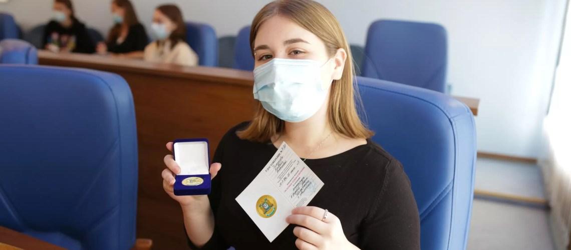 """57 выпускников в этом году получили """"золотые"""" медали РФ за особые успехи в обучении."""
