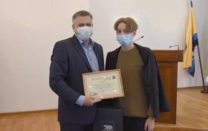 В Нефтеюганске наградили горожан, которые оказывали различную помощь при серьезных пожарах, произошедших в городе летом