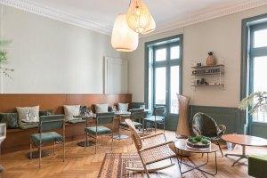 chez-june-victoria lauro-etonnantes-salon-cantine-chaises-thé-yoga-pilates-meditation-rotin-bien-etre