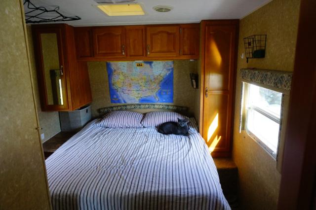 La chambre à coucher de l'Innsbruck 26RLS Suprême de Gulf Stream