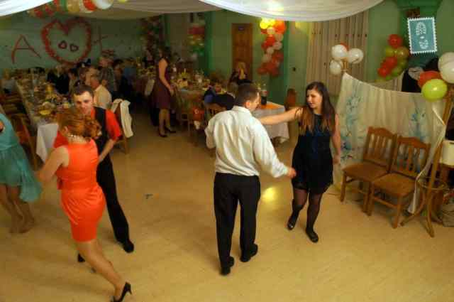 People are dancing at the wedding