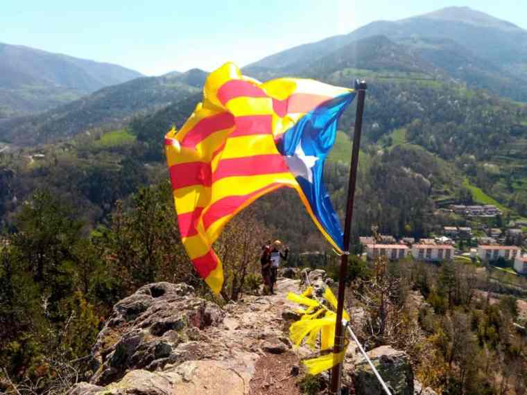 The Estelada flaps proudly in the wind