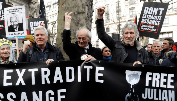 """""""By his pledge NOW!"""" - said Roger Waters after the judge rejected Assange's extradition, calling the decision """"delay tactics"""" as a US appeal"""