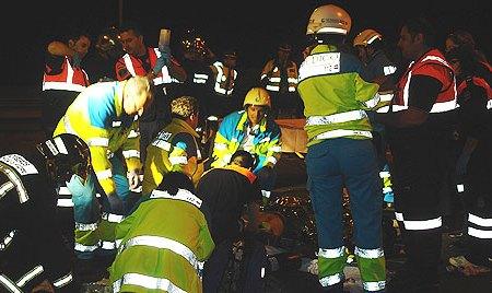 Efectivos del SUMMA y el cuerpo de bomberos atienden a los alumnos rescatados.