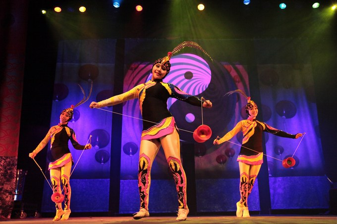 Chinese State Circus juggling