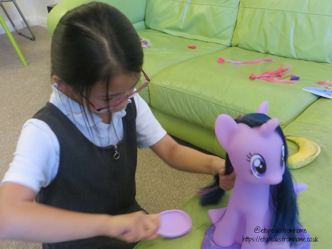 My Little Pony Twilight Sparkle Style & Groom playing