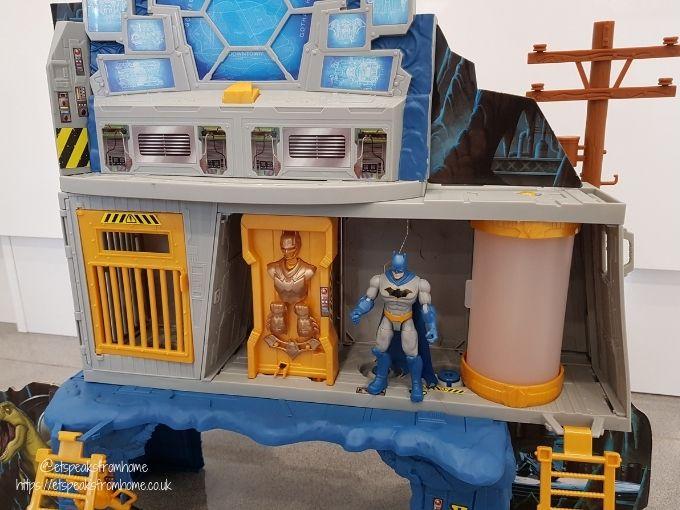 DC Batman 3-in-1 Batcave figurine