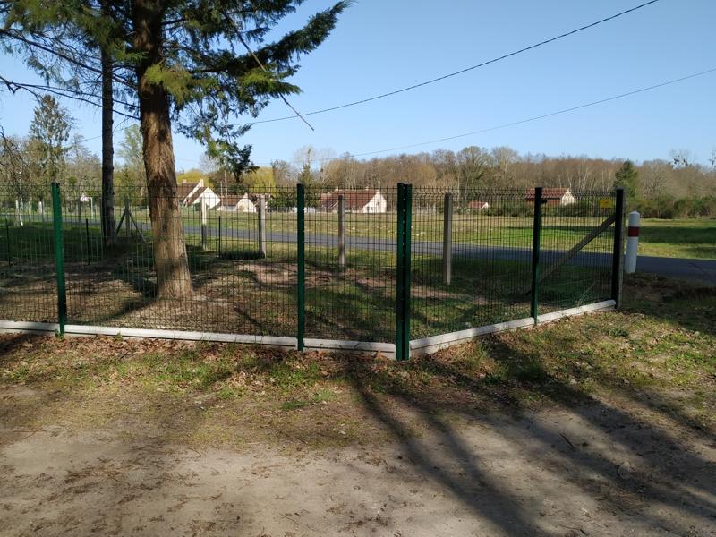 Panneau rigide pour clôture grillagée sur soubassement béton