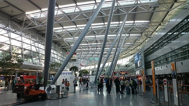 Flughafen Düsseldorf kritisiert Airlines für zu langsames Ausladen von Gepäck