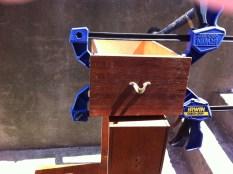 Les tiroirs en cours de réparation, mis sous serre