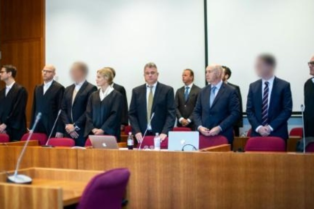 The defendants of fraud (with the face blurred by court order), together with their lawyers, the interpreters and representatives of banks this Wednesday, September 4 at the Bonn court in western Germany